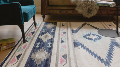 Zanzibar rug with leather sofa and blue velvet chair